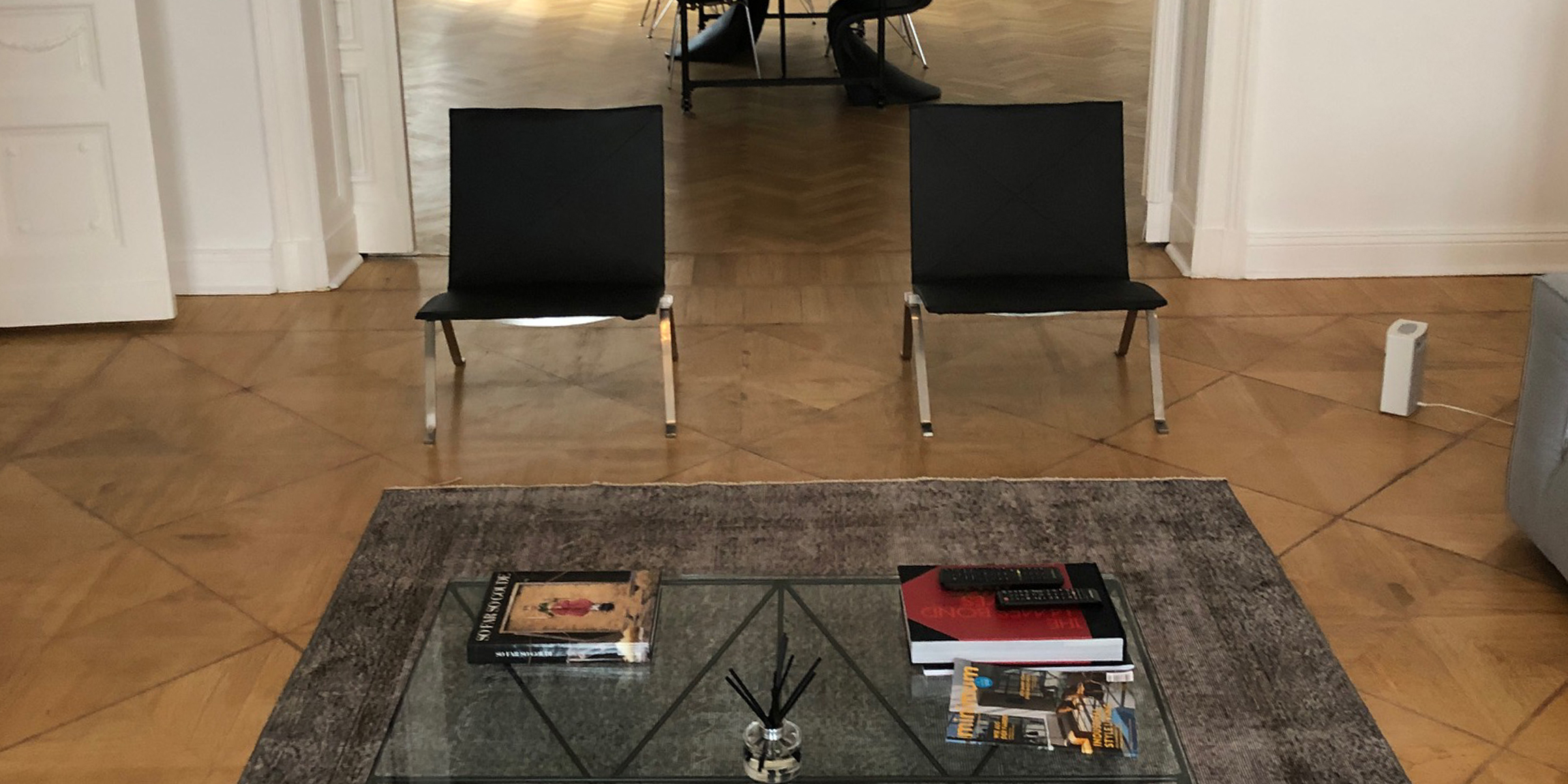 PK22 Chairs in a Living Room