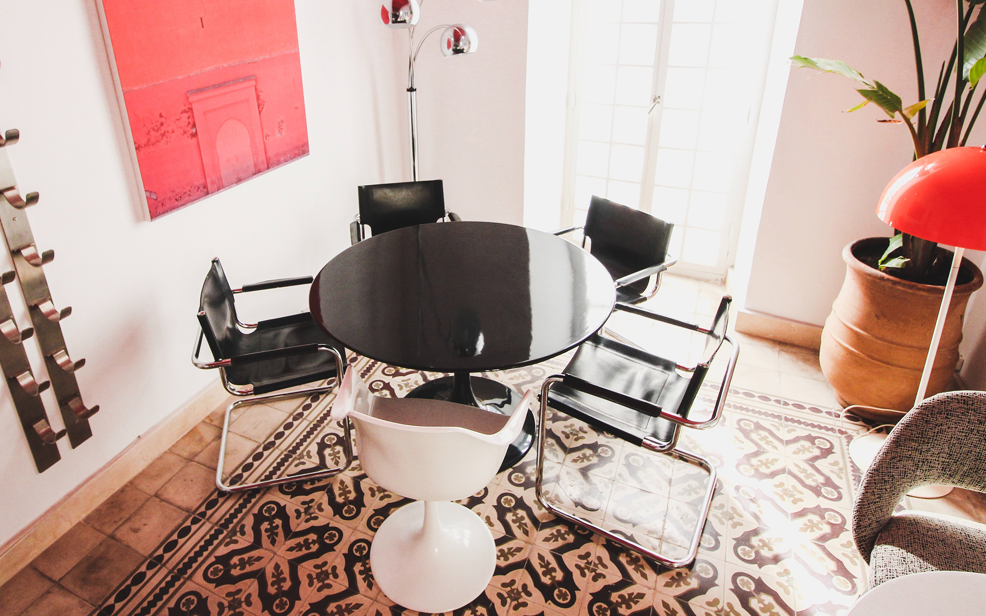 Space Age Inspired Interior With Saarinen Tulip Table