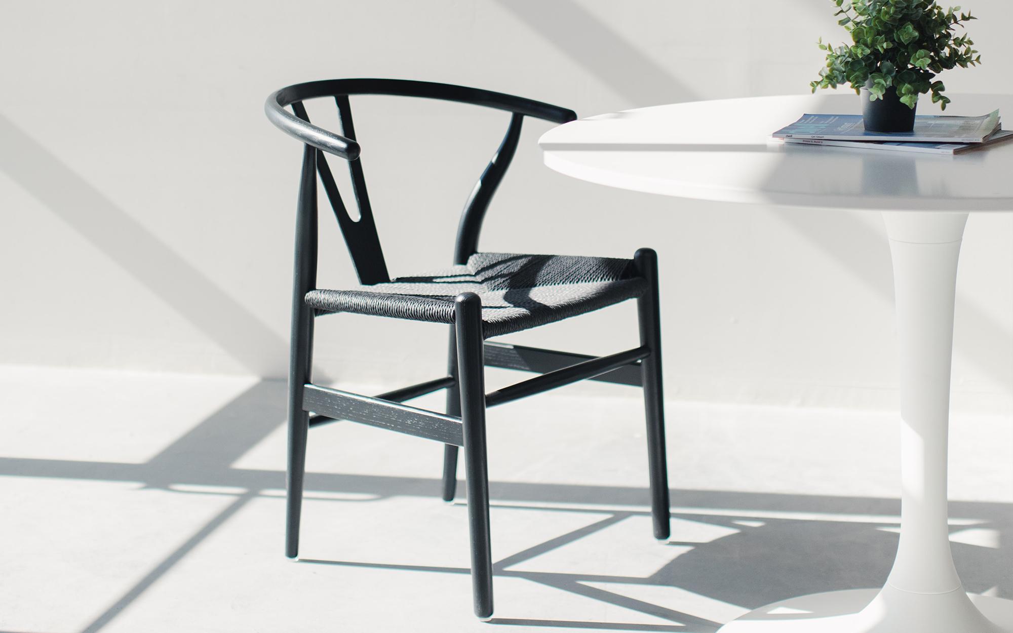 Minimal dining room featuring a Eero Saarinen Tulip Table